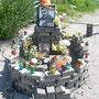 Auch auf der anderen Straßenseite haben Opfer kleine grabartige Gedenkstätten bekommen. Foto: Stefan Korinth