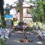 Das Holzkreuz mit der neuen Kirche im Hintergrund. Foto: Stefan Korinth