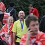 glückliches Duo im Ziel nach dem Marathondebüt - unsere Marathonkurse machen Läufer glücklich