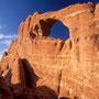 Suchbild mit Silke vor dem Skyline Arch. Arches Nationalpark/Utah.