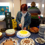 Unsere Marliese beim Kuchen aufschneiden ...