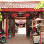 Ein Tempel in Glodoks Straßengewirr.