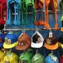 Ulkige Kopfbekleidungen in einem Mützengeschäft. (Albrook Mall)