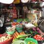 Gemüseeinkauf auf dem lokalen Markt.