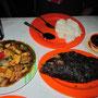 Schwarzgegrillter Fisch, gebratenes Gemüse & San Miguel Bier. San Miguel hat übrigens das Biermonopol auf den Philippinen.