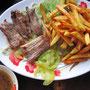 Kleine Steaks mit hausgemachten Pommes Frites & Zitrone-Pfeffer-Sauce.