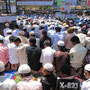 Muslime beim Freitagsgebet vor dem Bahnhof inBandra.
