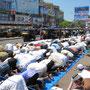 Muslime beim Freitagsgebet vor dem Bahnhof in Bandra.