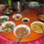 Mutter hat wieder gekocht als ob Sonntag wäre. Heute: Fischcurry, Hühnchencurry und viel frisches Gemüse gebraten.