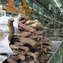 Chinesische Apotheke. Alles was angeblich gesund macht oder noch wichtiger, Dich gesund hält, wird hier verkauft. Auch Holz.