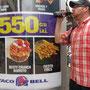 Taco Bell. Die Ticos fressen zu viel Junkfood. Keine Frage. - Pepsi Kick Trinker.