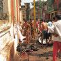 Vernünftigerweise wird das geopftere Tier sofort vor den Tempelmauern gehäutet und zerlegt. Der Spender entscheidet darüber wer einen Teil bekommt. Open-Air-Schlachthaus vor den Toren des Kali-Tempels.