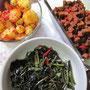 Essen zuhause: Chilli-Kartoffeln mit Wachteleiern, grünes Gemüse und Tempewürfel.