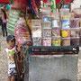 Sicherheitsdienst vor einem rollenden Kiosk.