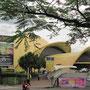 Taman Mini. Ein javanesisches Disneyland, dass mit Hausnachbauten sämtlicher Staaten dem Volk Zusammengehörigkeit vermitteln will.