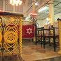 Bimah mit Lesetisch. (Moseah Yeshua Synagoge)