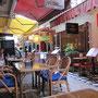 Viele Straßen im Zentrum sind voll mit schönen Touristencafes & Restaurants.