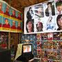 Stars unter sich. Bilder von einheimischen Mönchen hängen neben denen von südkoreanischen Showstars.