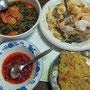 Es wurde für uns ein Frühstück zubereitet. Shrimp Curry, kalter Salat mit Erdnußsoße und Cracker, frittierte Tempe und jede Menge Sambal.
