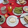 Frühstück ist in burmesischen Gästehäusern eigentlich immer mit von der Partie. Es kann wie folgt aussehen.