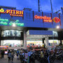 Markt und Supermarkt nebeneinander im Zentrum Malangs.