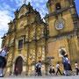 Schulmädchen vor der Iglesia de La Recoleccion.