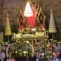 Wat Pho Chai, die goldene Buddha-Statue (Höhe etwa 1,50 Meter) heißt Luang Phra Sai; Wandfresken erzählen die abenteuerliche Geschichte der Buddha-Statue des Tempels: König Puttha Yotfa Chulalok (Rama I.) wollte sie aus Vientiane nach Bangkok holen, wobei