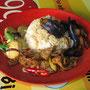 Schweinefleisch mit Chilli, Tofu, Aubergine und Reis.