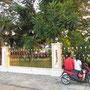 Vor dem Zaun eines der Grundstücke Abdul Taib Mahmuds, des reichsten Mannes Malaysias.