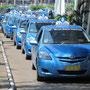 """Taxis der """"Blue Bird Group"""" sind angeblich die sichersten. Wenigstens gibt's davon genügend."""