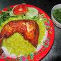 Gegrillter Hähnchenschenkel auf Knoblauchreis und Fleischbrühe mit Kräutern.