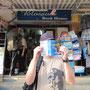 Nach dem Erwerb unseres ersten Spanischbuches vor einem bekannten Buchladen.