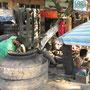 Die Burmesen haben ein unglaubliches Talent wenn's um Recycling geht. Aus alten Lkw-Reifen werden Motorriemen, Blumentöpfe und so ziemlich alles was man sich nicht vorstellen kann hergestellt.