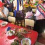 Verwüsteter Tisch nach dem ein wütender Mob den Markt gestürmt hatte.