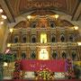 Blick auf den Altar und die Heiligenfiguren in der Wand dahinter. (Basilica Minore del Santo Nino)