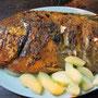 Gegrillter Fisch mit Gurkenbeilage.