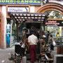 Antiquitätenhändler in der Fußgängerzone.