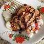 Hasen-Sate mit Reiskuchen und vieeel Erdnußsoße.