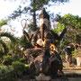 """Ganesha (Gana: 'Gefolge', 'Schar', Isha: 'Herr' , 'Gebieter von', also """"Herr der Scharen"""") ist eine der beliebtesten Formen des Göttlichen im Hinduismus."""