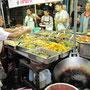 Verschiedene thailändische Hauptgerichte zum selbst Zusammestellen.