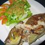 Gegrillter Meeresfisch mit Kräuter-Gemüse-Füllung und Beilagensalat.
