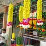 Blumenschmuckverkäufer vor dem Hindutempel.