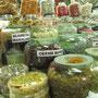 Süßigkeiten. Die Indonesier sind wirklich verrückt nach Süßem.