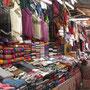 Unzählige Souvenirstände machen dem kaufkräftigen Touristen die Auswahl schwer.