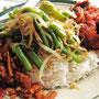 Mittagstisch. Viele Restaurants bieten über die Mittagszeit ein Buffet an. Links startet der Teller mit Tempe, dem Klassiker aus Sojabohnen, gefolgt von gebratenen Bohnen und Sojabohnensprossen und perfekt mit einem Chilli-Hühnchen abgerundet.