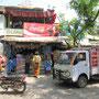 Hampi Bazaar. Indisches Leben beherrscht die Straße.