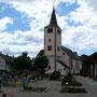 Kirche mit Kirchhof, Blick von Osten auf den Ort