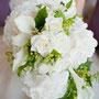 白紫陽花とバラ、カラーのキャスケードブーケ