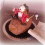 I corpo del pirata è una minitortina al cioccolato e tuttto il resto è in fondant di zucchero modellato a mano