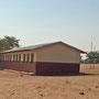 Daneben das zu kleine Schulhaus, das von zwei Zelten entlastet wird.